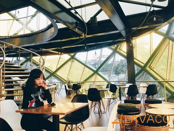 Doha cafe ở Đà Lạt sử dụng ghế Eames của lavaco